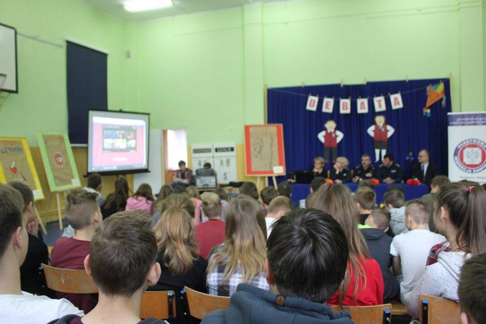 Debata z uczniami na temat narkotyków i dopalaczy