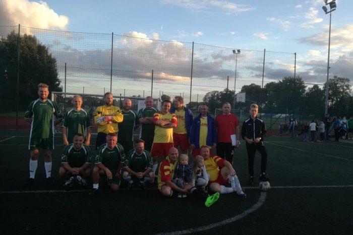 Mecz piłki nożnej reprezentacji szkoły przeciwko samorządowcom naszej gminy