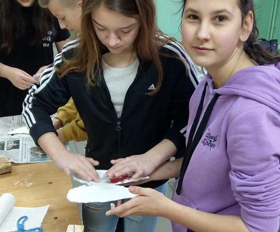 Zajęcia techniczne w klasach 6-tych - anioły z drewna i gipsu [GALERIA]