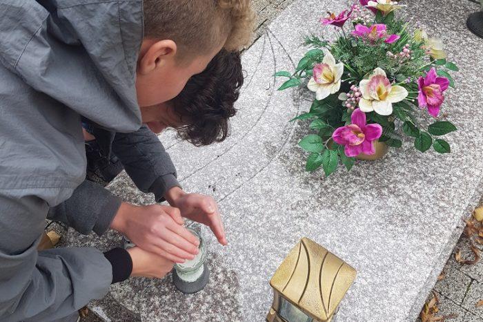 Odwiedzenie grobów zmarłych pracowników szkoły przez Samorząd Uczniowski