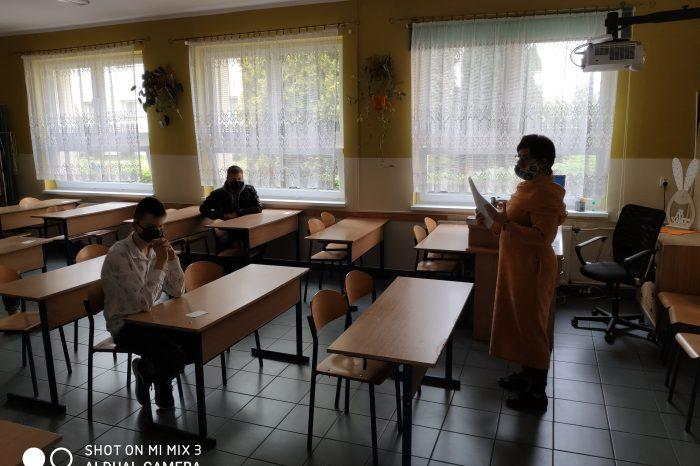 Rozdanie uczniom nowego terminarza postępowania rekrutacyjnego do szkół średnich
